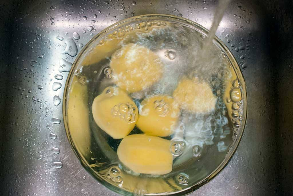 rinse potatoes under cold water