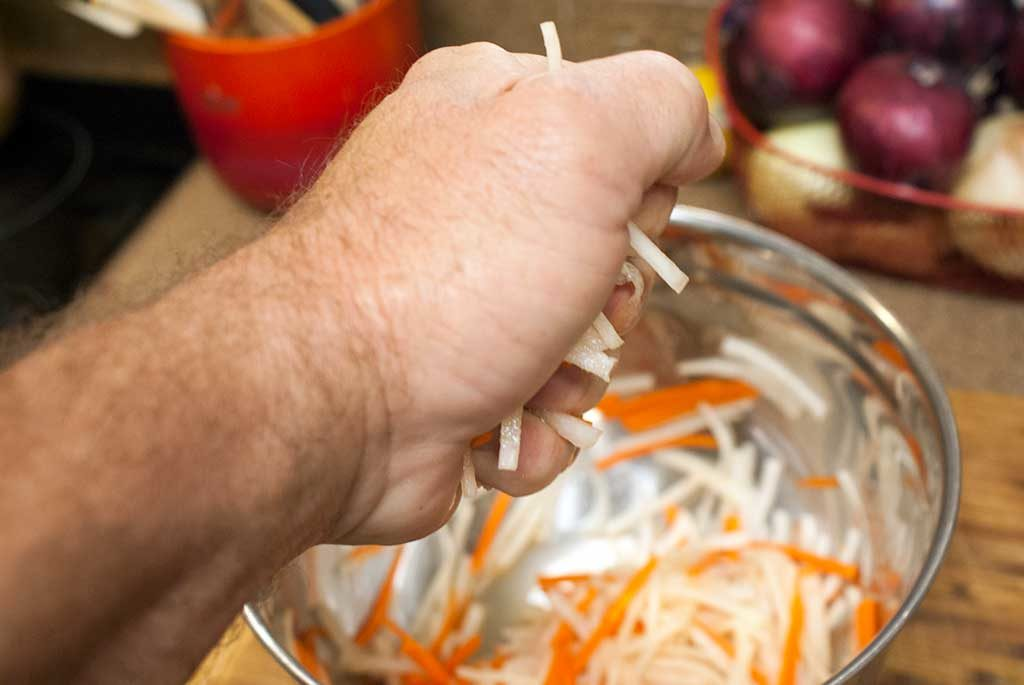 Squeeze the liquid from the daikon radish and carrots
